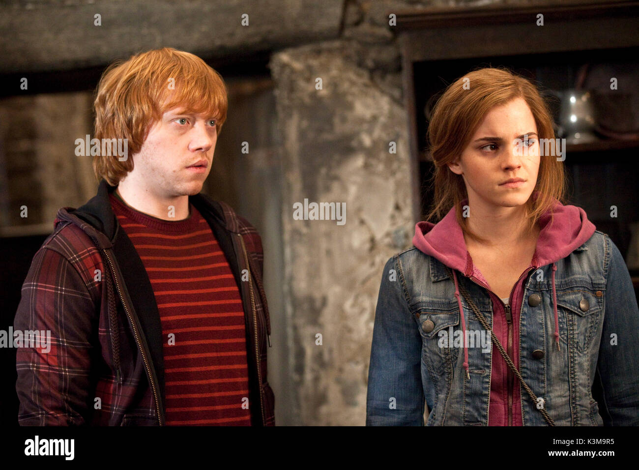 HARRY POTTER AND THE DEATHLY HALLOWS : PART 2 RUPERT GRINT as Ron Weasley, EMMA WATSON as Hermionie Granger HARRY POTTER AND THE DEATHLY HALLOWS : PART 2 [BR / US 2011] [L-R] RUPERT GRINT as Ron Weasley, EMMA WATSON as Hermionie Granger      Date: 2011 - Stock Image