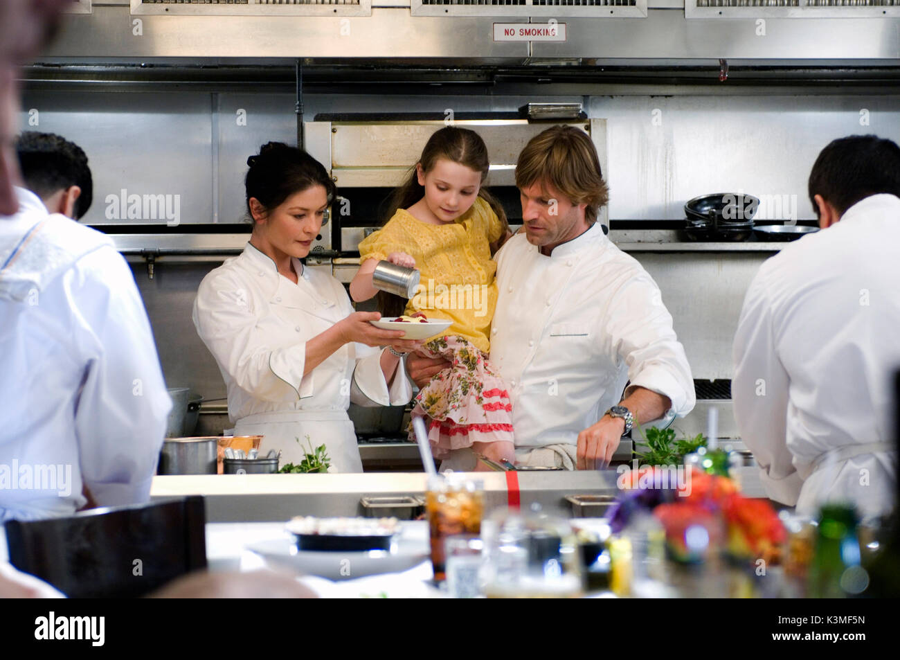 NO RESERVATIONS [US / AUS 2007] CATHERINE ZETA JONES, ABIGAIL BRESLIN, AARON ECKHART     Date: 2007 - Stock Image