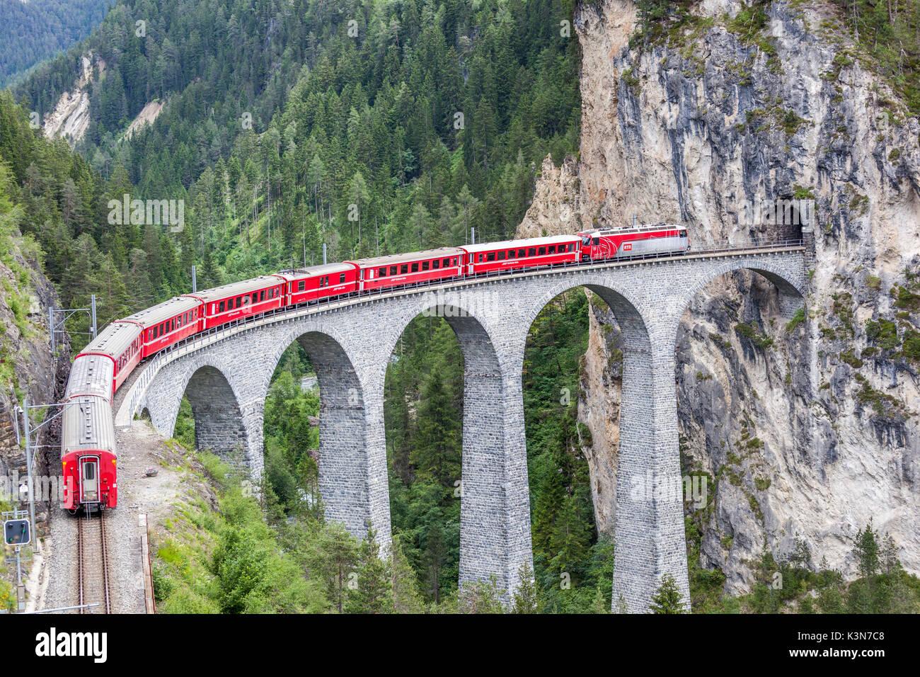 https://c8.alamy.com/comp/K3N7C8/glacier-express-landwasser-viaduct-filisur-graubunden-switzerland-K3N7C8.jpg
