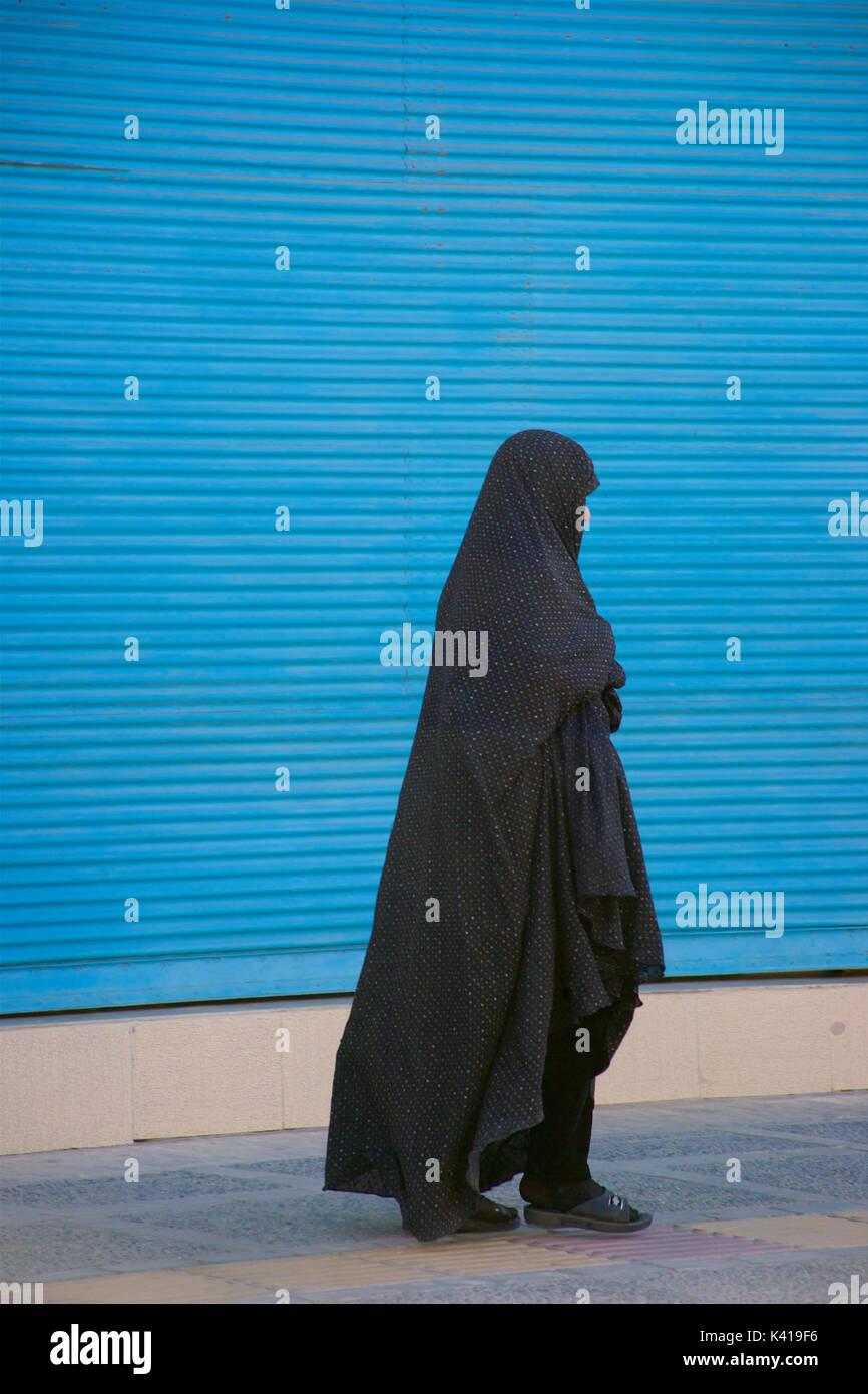 Iranian muslim woman in black chador, Yazd, Iran - Stock Image