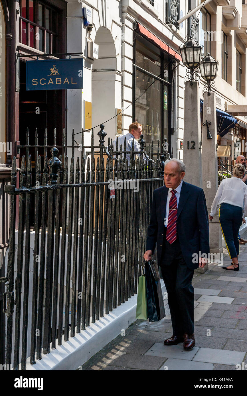 Elderly Shopping Uk Stock Photos & Elderly Shopping Uk ...