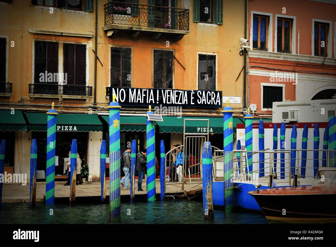 A banner on a house along Venice's Grand Canal saying 'No Mafia! Venezia E' Sacra', near Rialto Bridge - Stock Image