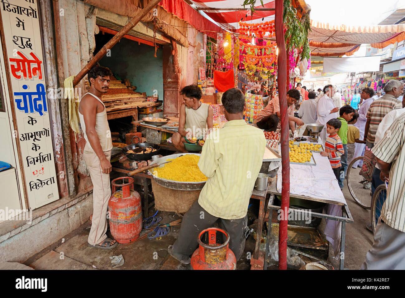Men producing sweets during Diwali festival, Bharatpur, Rajasthan, India | Maenner bei der Herstellung von Suessigkeiten beim Lichterfest Diwali - Stock Image