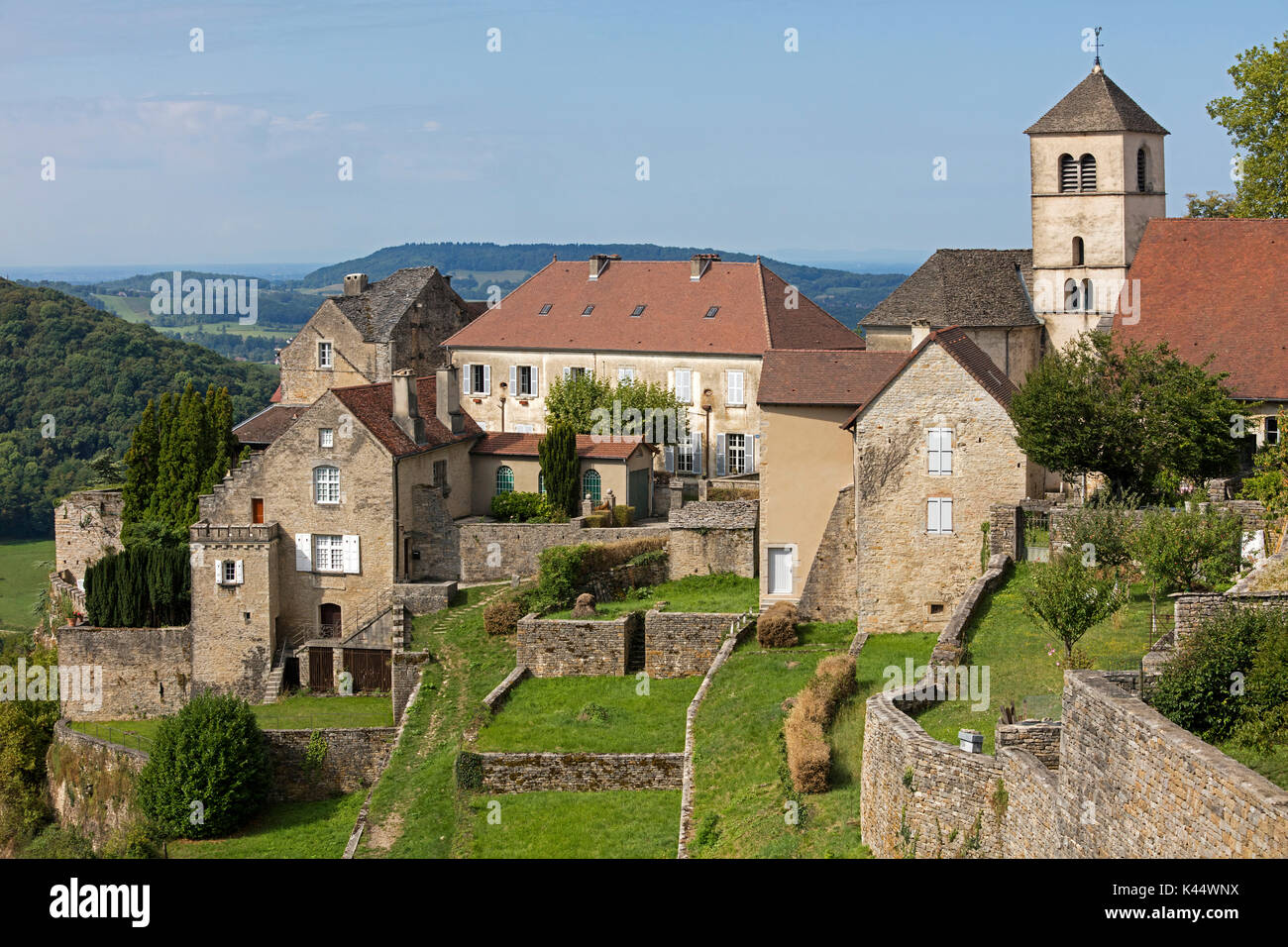 Old houses and the Église Saint-Pierre church at Château-Chalon, commune in the Jura department in Franche-Comté, Lons-le-Saunier, France - Stock Image
