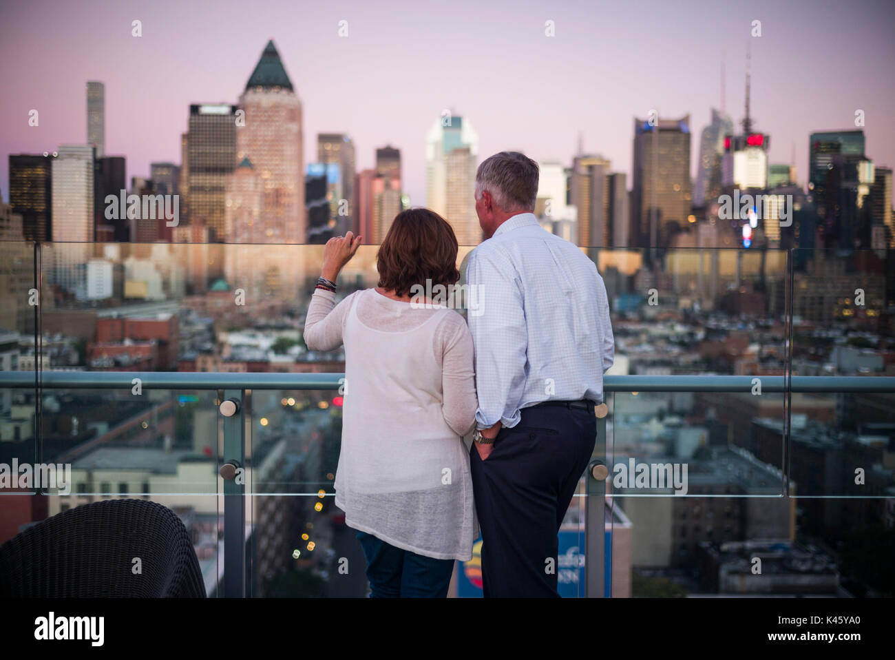USA, New York, New York City, Mid-Town Manhattan, rooftop bar, dusk - Stock Image