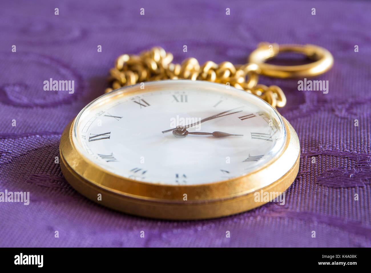Goldene Taschenuhr mit Kette - Stock Image