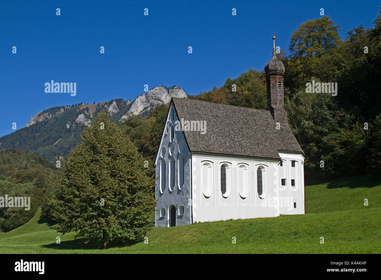 Meintest Du Direkt An Der Grenze Zu Tirol Im Gemeindebereich Von Nussdorf Am Fuß Des Kranzhorns Steht Die Kleine Kapelle Heilig Kreuz Directly On The Border To Tyrol In The Municipality Area Of Nuss - Stock Image