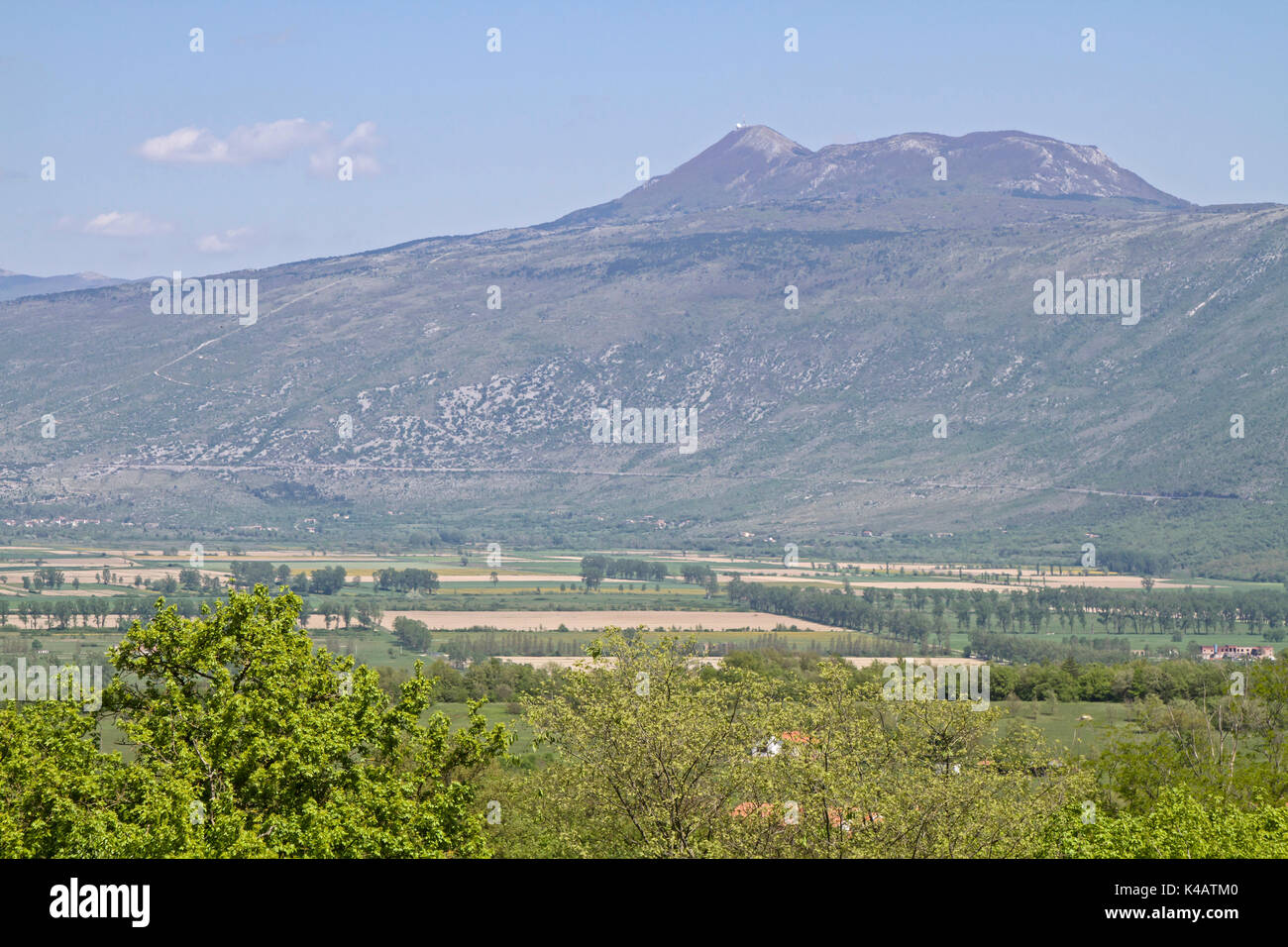 Ausgangssprache Englisch Fertile Plateau At The Foot Of Vojaks, The Highest Mountain In Istria - Stock Image