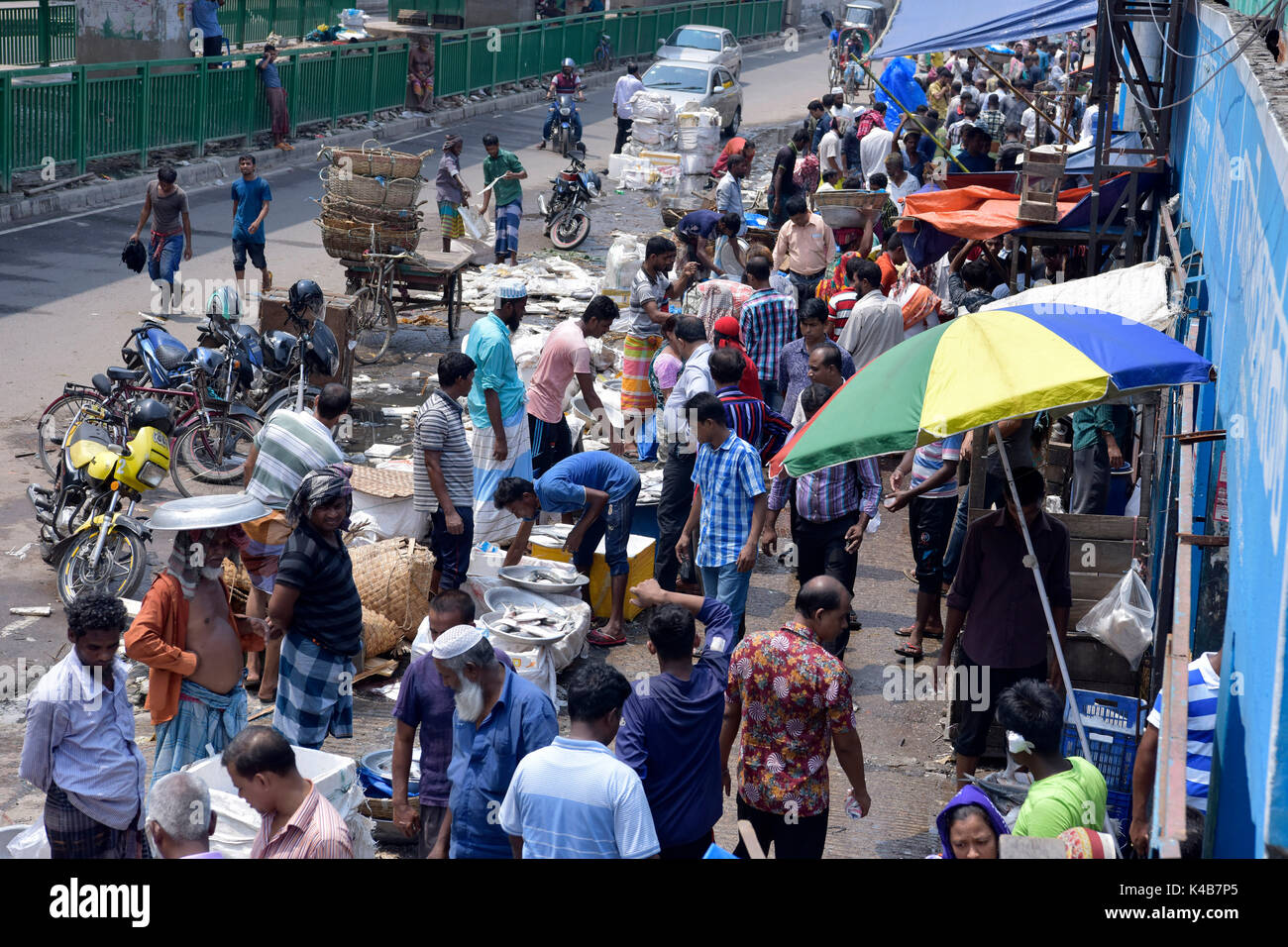 DHAKA, BANGLADESH – SEPTEMBER 05, 2017: Bangladeshi traders sell Ilisha fish at a market in Dhaka, Bangladesh, September 05, 2017. The fish contributes about 12% of the total fish production and about 1% of GDP in Bangladesh. About 450,000 people are directly involved with the catching for livelihood; around four to five million people are indirectly involved with the trade. It is also the national fish of Bangladesh. - Stock Image