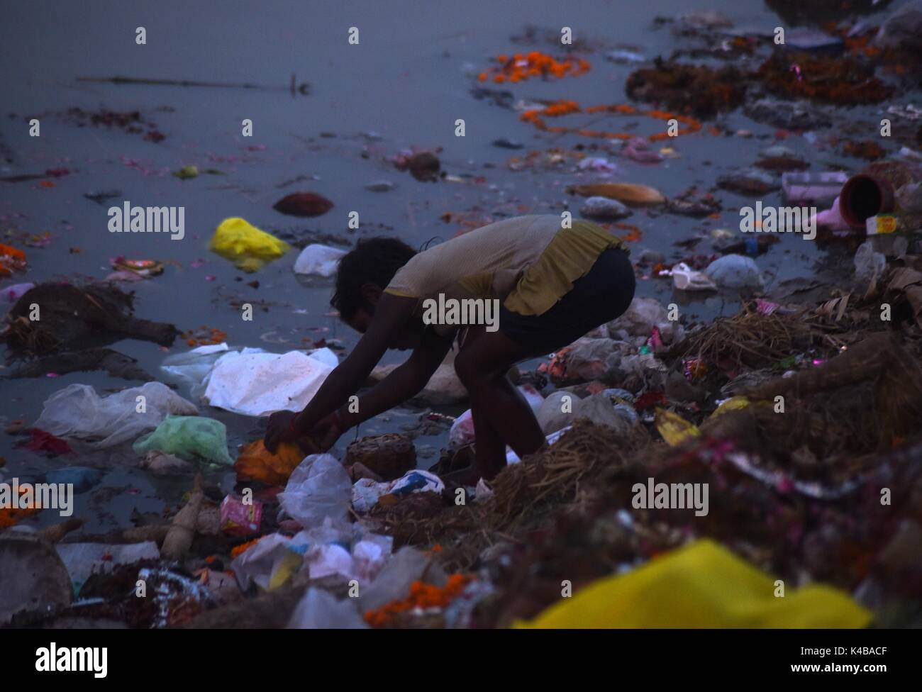 Allahabad, Uttar Pradesh, india. 5th Sep, 2017. Allahabad: An Indian child girl searches for coin after Hindu Devotee immerse Lord Ganesha's idol in a pond near River Ganga on the occasion of Anant Chaturdasi festival celebration in Allahabad on 05-09-2017. Credit: Prabhat Kumar Verma/ZUMA Wire/Alamy Live News - Stock Image