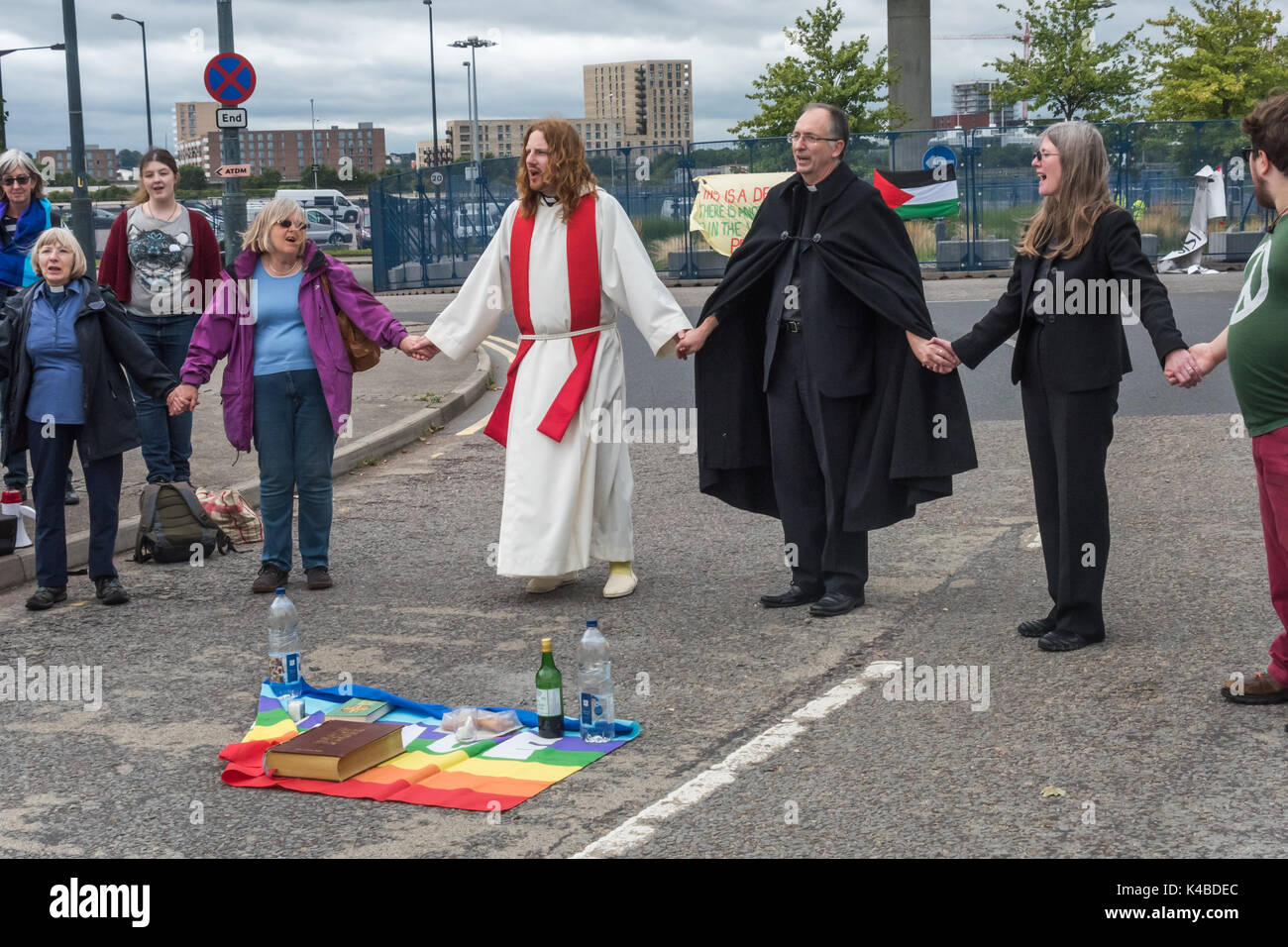 London, UK. 5th Sep, 2017. People hold hands at the end of a mass on the road leading into the world's largest arms Stock Photo