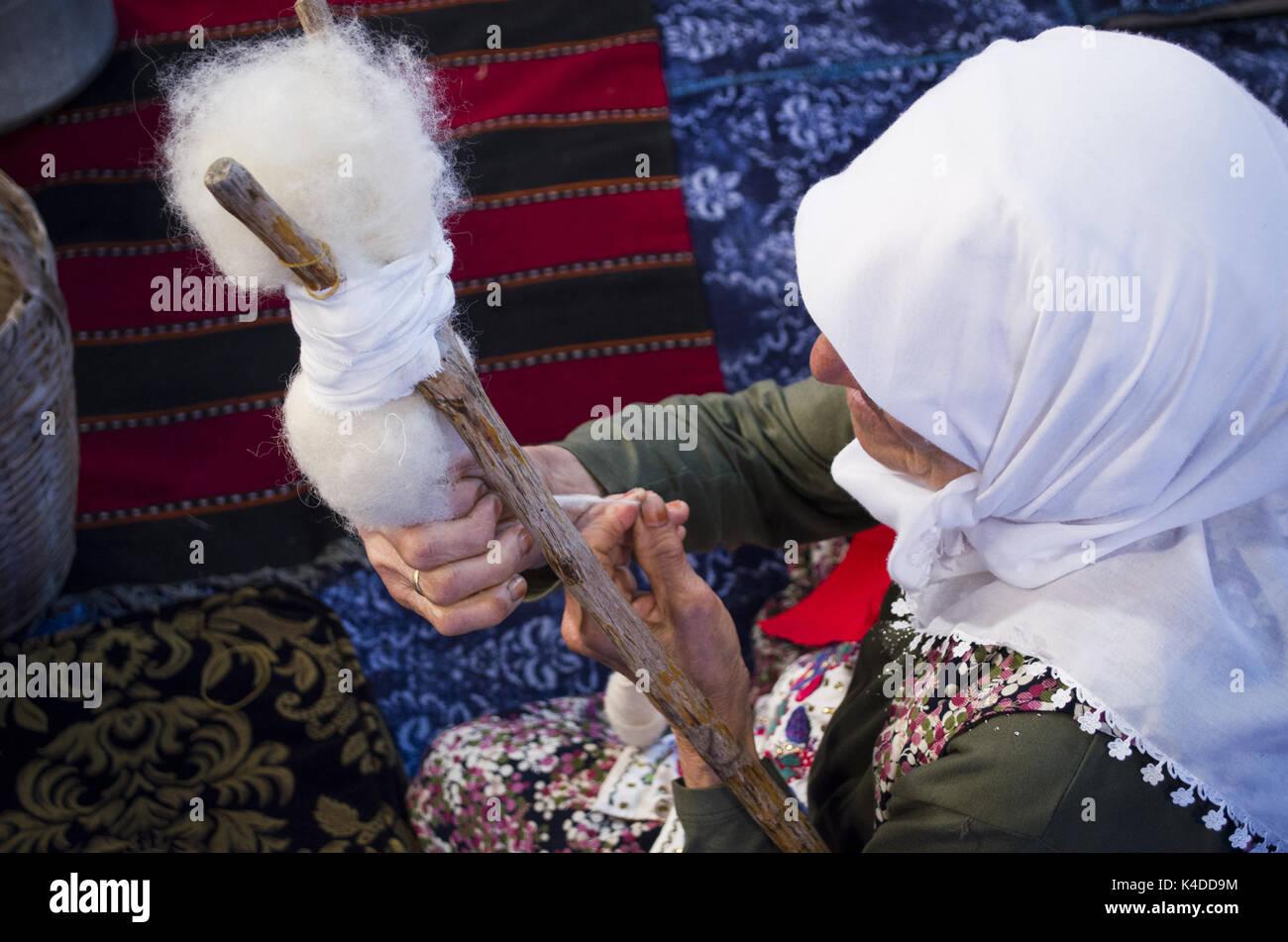 Turkish old woman making rope - Stock Image