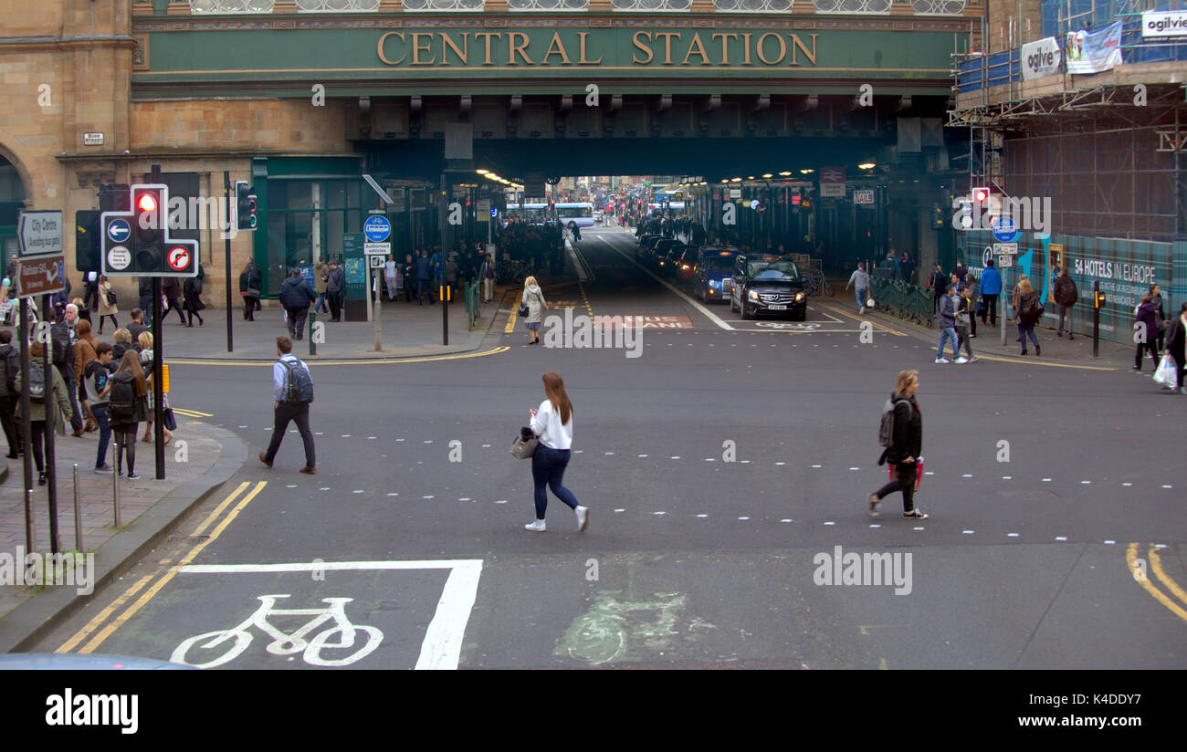 'central station' pollution hotspot  Hielanman's Umbrella Highlanders umbrella argyle and hope street Glasgow red traffic light - Stock Image