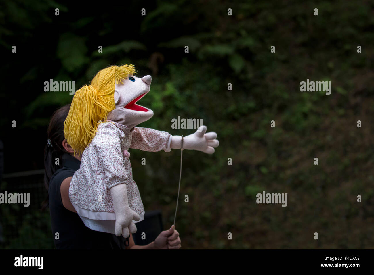 Puppetry- actors and puppets performing in The Smartest Giant in Town in the open air amphitheatre at Trebah Garden in Cornwall. - Stock Image