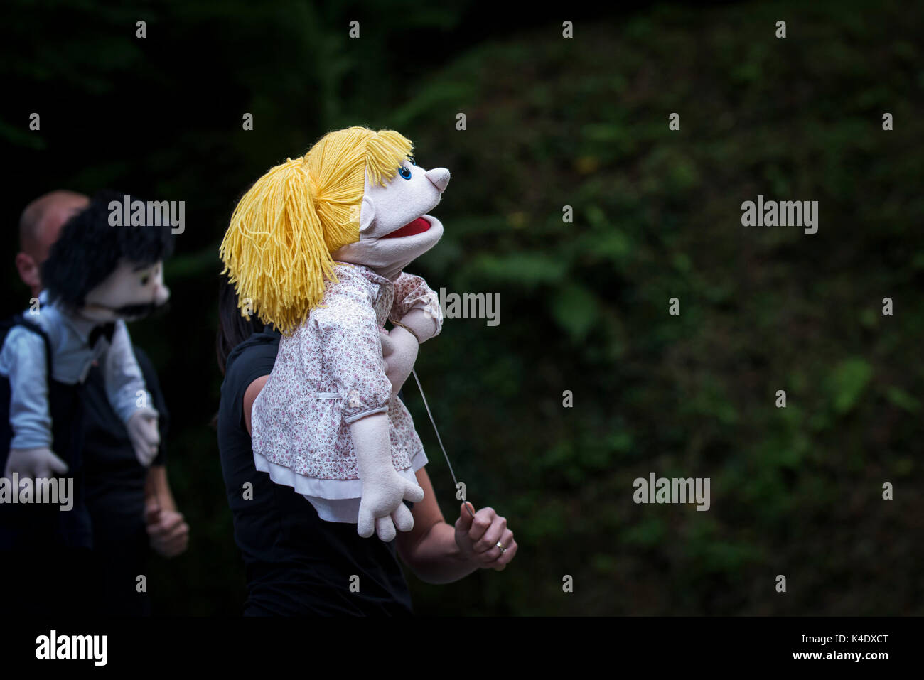 Puppetry - actors and puppets performing in The Smartest Giant in Town in the open air amphitheatre at Trebah Garden in Cornwall. - Stock Image