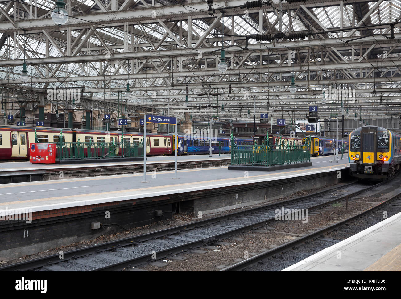 Train stopped at a platform in Glasgow Central Station Scotland - Stock Image