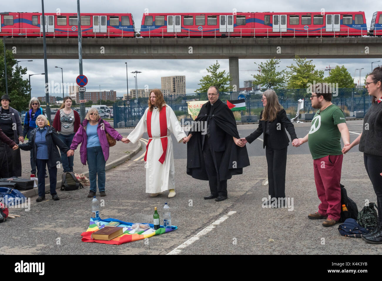 September 5, 2017 - London, UK - London, UK. 5th September 2017. People hold hands at the end of a mass on the road Stock Photo