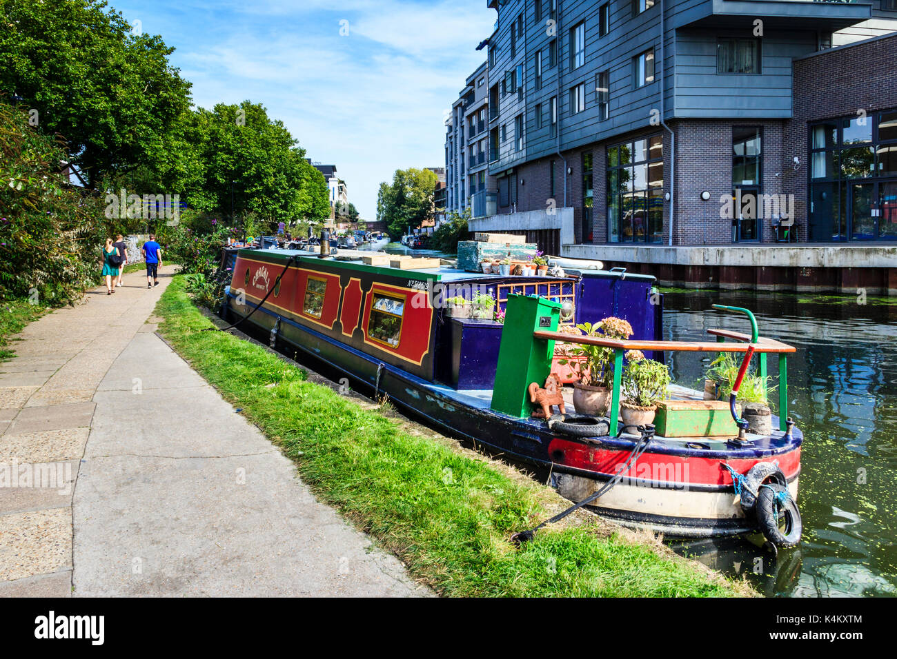 Walkers, joggers and cyclists on the towpath of Regent's Canal, Islington, London, UK - Stock Image