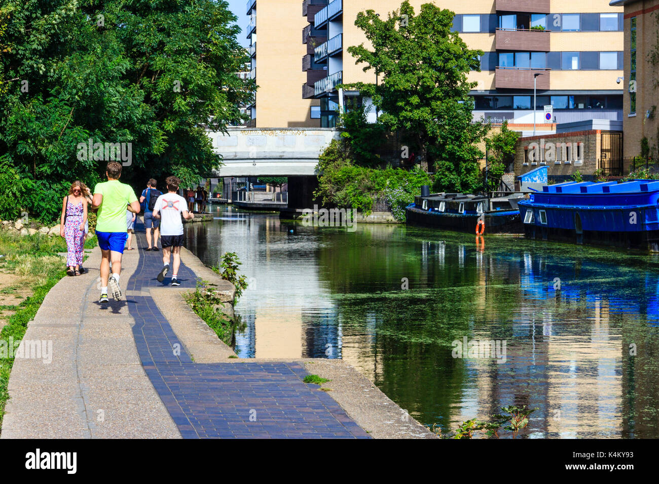 Walkers and joggers on the towpath of Regent's Canal, Islington, London, UK - Stock Image