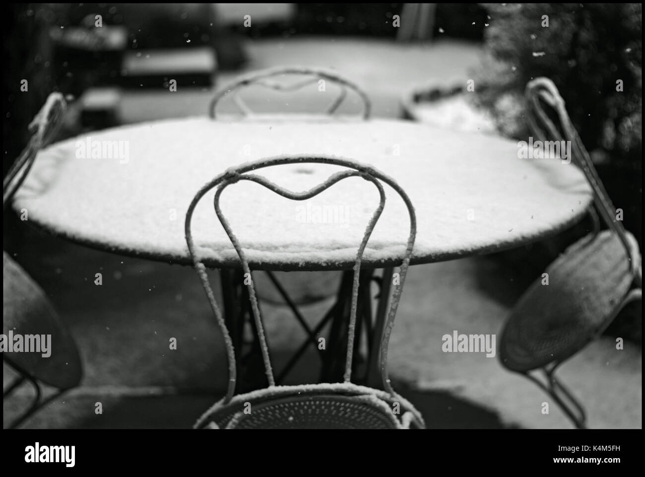 SNOW FALL - WINTER - WINTER SEASON - EMPTY TABLE - SNOW FLAKES - FIRST SNOW FLAKES - FRANCE © Frédéric BEAUMONT - Stock Image