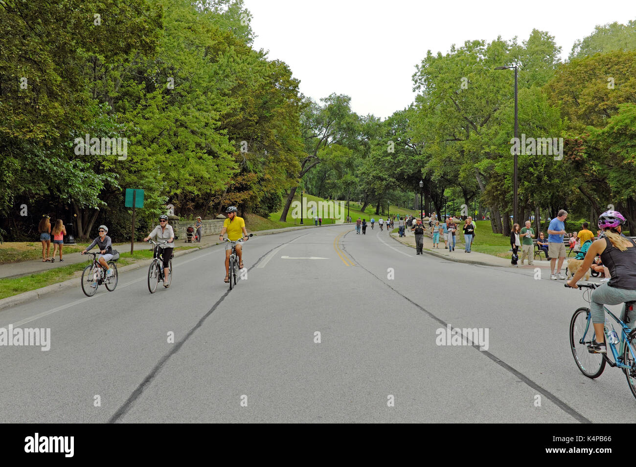 Pedestrians and bikers recreating outdoors in Rockefeller Park in Cleveland, Ohio, USA. - Stock Image