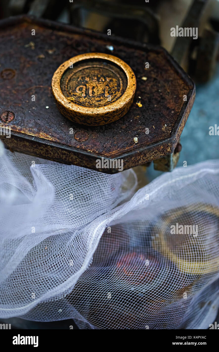 Old weight on vintage weight, street market, Dublin - Stock Image