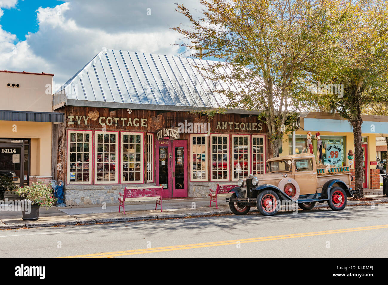 The Ivy Cottage Antiques store in Dade City, Florida, USA, with a vintage Model A Ford pick up truck parked in front. - Stock Image