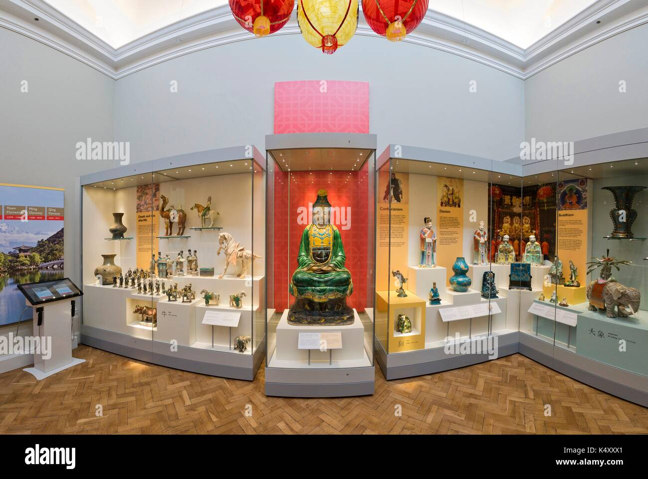 Chinese pottery and porcelain on display in the Lady Lever Art Gallery, Port Sunlight, Merseyside. - Stock Image