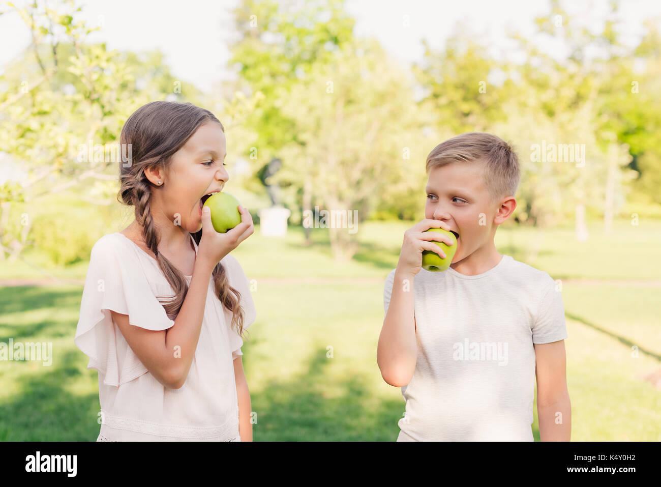 children eating apples - Stock Image