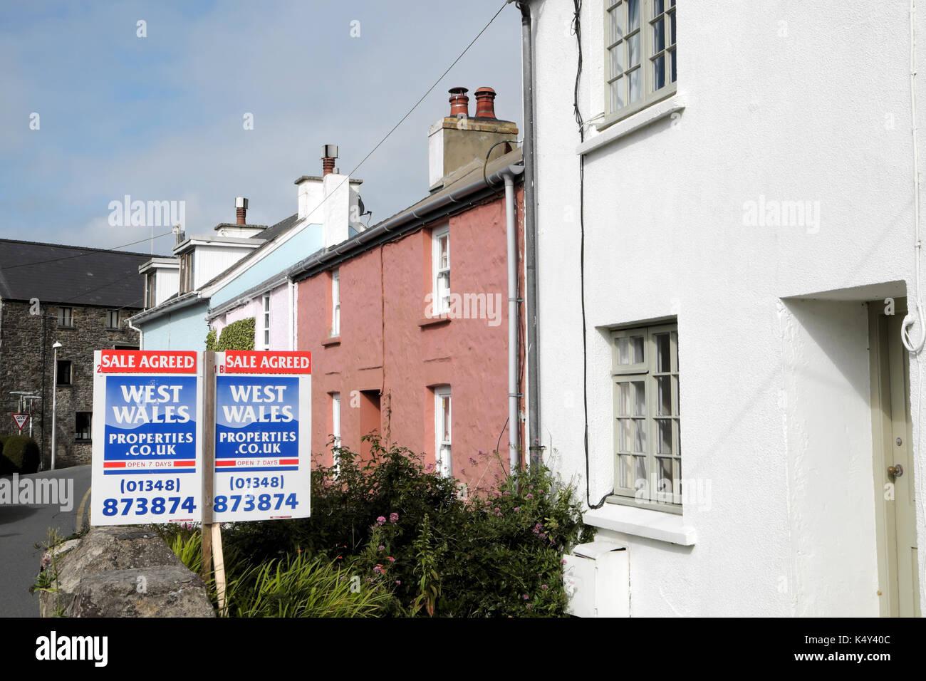 Sale Agreed estate agent sign outside cottage property in St Davids Pembrokeshire, West Wales UK    KATHY DEWITT - Stock Image