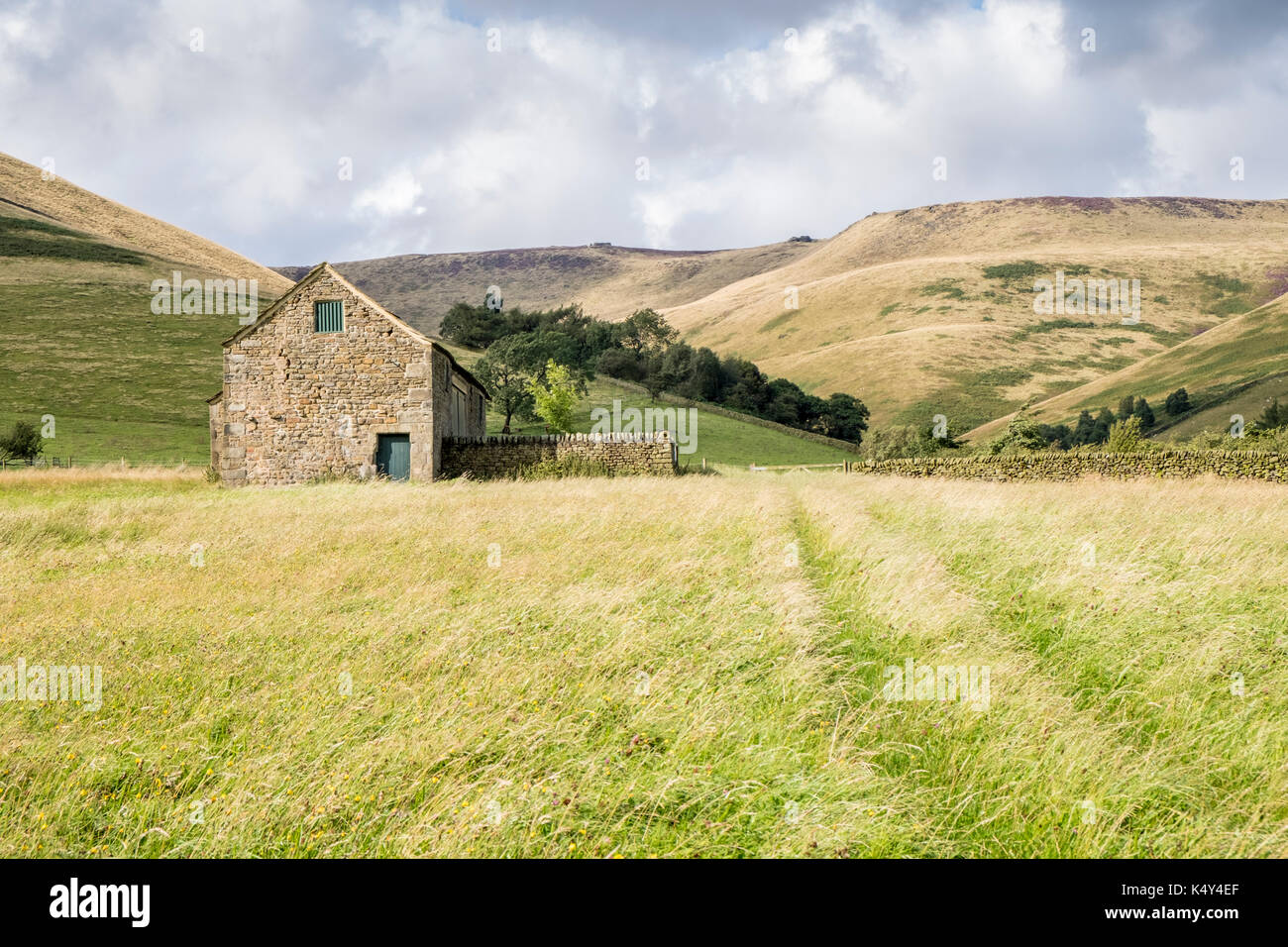 Derbyshire landscapes: Old stone barn at the foot of Crowden Clough, near Upper Booth, Vale of Edale, Derbyshire, Peak District, England, UK - Stock Image