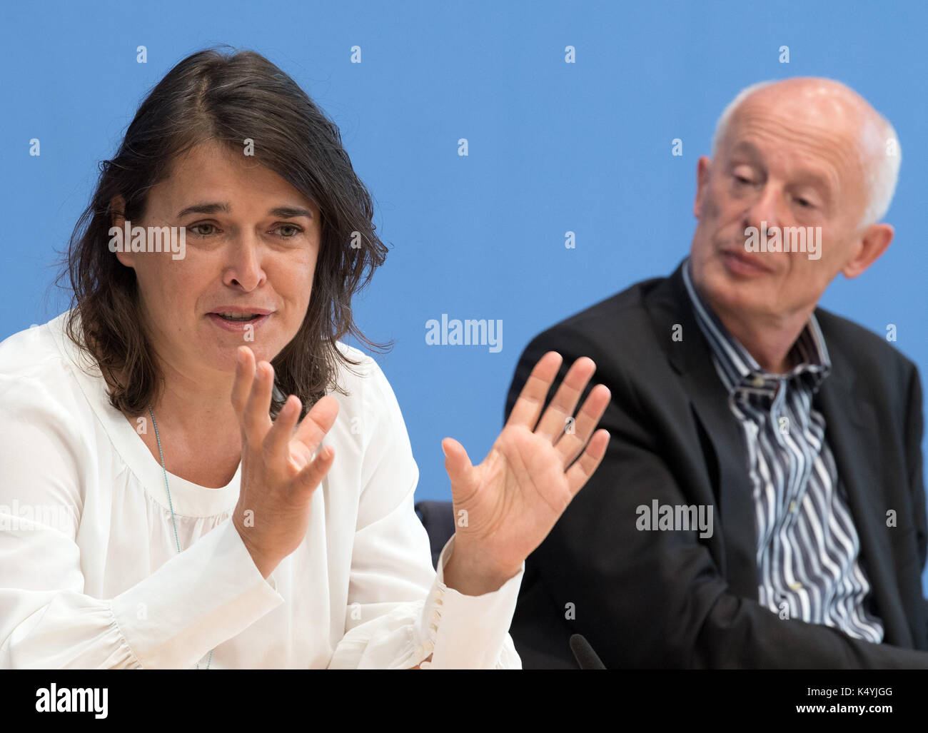 Berlin, Germany. 7th Sep, 2017. Claudia Langer (L), the founder of Generation Manifest, and Hans Joachim Schnellhuber, the director of the Postdam Institue for Climate Change Research, at a press conference at which the newly founded environmental pressure group Generation Manifest presented its programme in Berlin, Germany, 7 September 2017. Prominent figures from civil society, science, economy, and politics founded the initiative in order to remind politicians of the dangers of the reckless endangerment of future generations. Photo: Soeren Stache/dpa/Alamy Live News - Stock Image