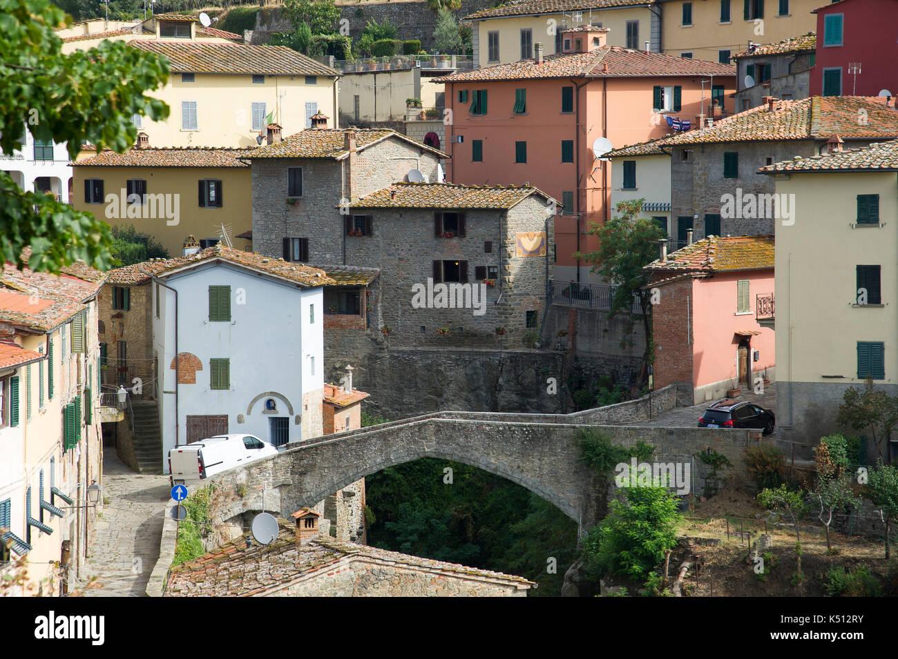 Ponte romanico (Roman bridge) in Old town in Loro Ciuffenna, Tuscany, Italy. 1 September 2017 © Wojciech Strozyk / Alamy Stock Photo - Stock Image