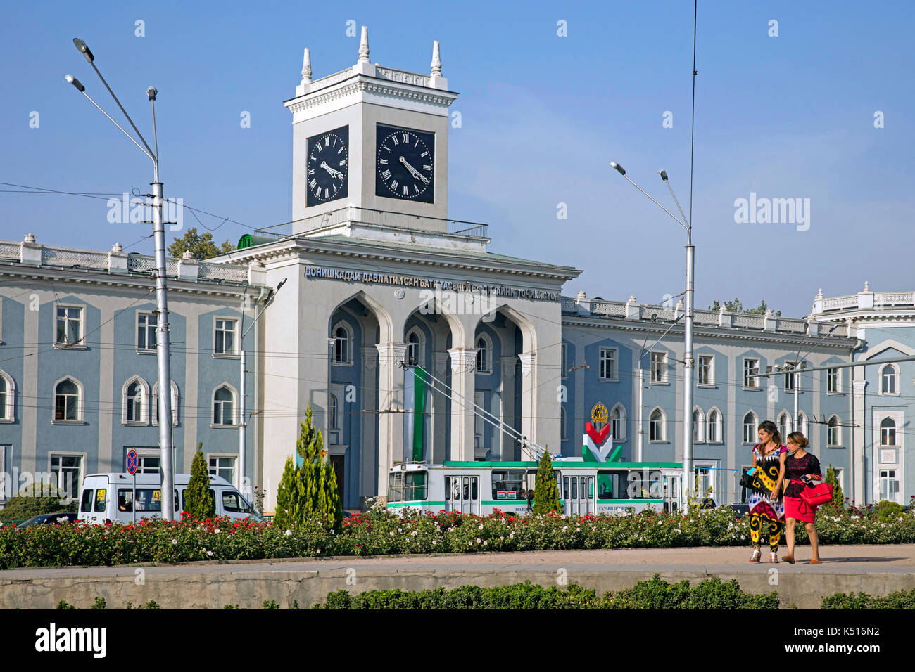 Traffic and trolley bus driving in front of the Tajikistan National Museum in Dushanbe - Stock Image