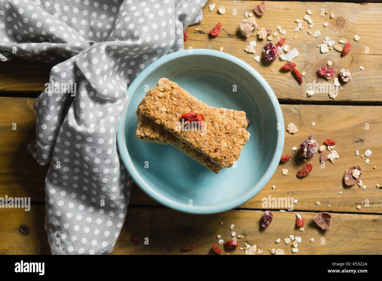 Overhead view of granola bar in bowl - Stock Image