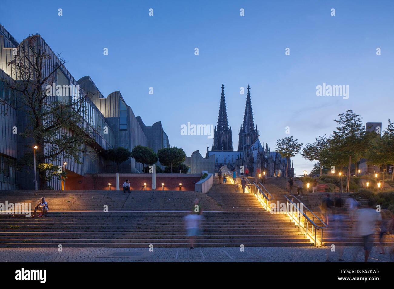 Museum Ludwig und  Koelner Dom mit Treppe in der Abendaemmerung, Köln, Nordrhein-Westfalen, Deutschland   I Museum Ludwig  and Cathedral at dusk,  Col - Stock Image