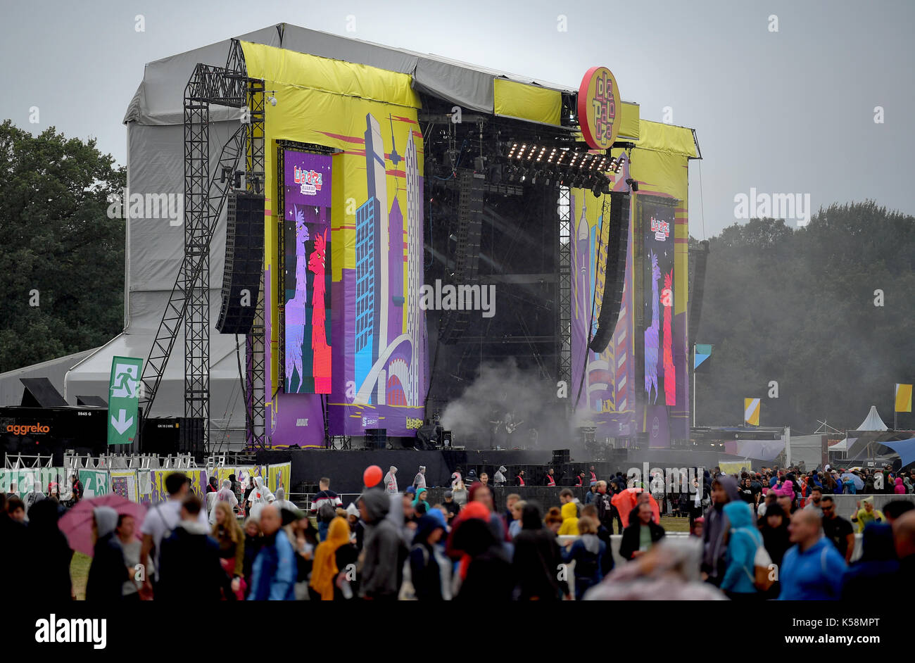 Hoppegarten, Germany. 9th Sep, 2017. A crowd gathers in front of a stage at the Lollapalooza festival in Hoppegarten, Germany, 9 September 2017. The music festival is held over two days on the 9 and 10 September. Photo: Britta Pedersen/dpa/Alamy Live News - Stock Image