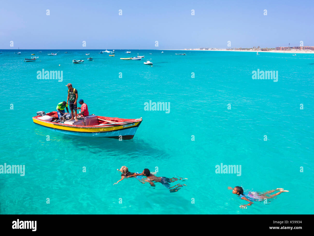 CAPE VERDE SAL Fishermen bringing their catch of fish in fishing boats to the pier at Santa Maria, Sal island , Cape Verde islands, Africa - Stock Image
