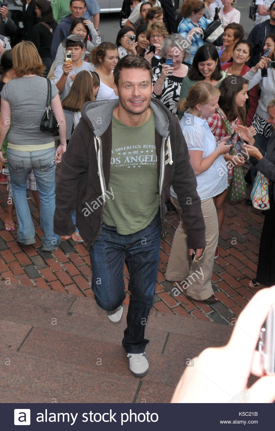 Ryan seacrest american idol judges stop to meet and greet fans american idol judges stop to meet and greet fans guest judge victoria beckham doesnt do the same m4hsunfo