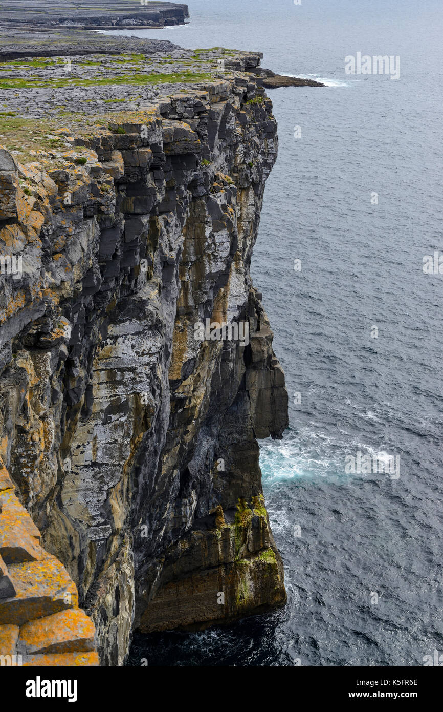 Dramatic sheer cliffs at Dun Aonghasa, a prehistoric stone fort, on Inishmore Island in the Aran Group, County Galway, Republic of Ireland - Stock Image