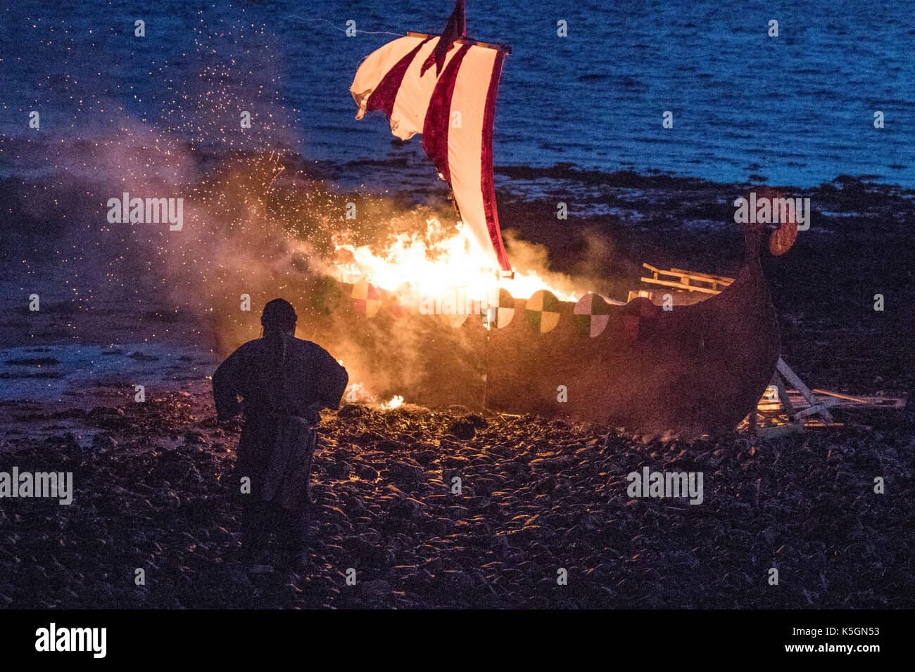The burning of a Viking longship in Largs, Scotland, UK.  9th September, 2017. The Battle of Largs (2 October 1263) A Re-enactment event by the Swords of Dalriada, 13th Century, living history group.  It was an indecisive engagement between the kingdoms of Norway and Scotland, on the Firth of Clyde near Largs, Scotland. The conflict formed part of the Norwegian expedition against Scotland in 1263, in which Haakon Haakonarson, King of Norway attempted to reassert Norwegian sovereignty over the western seaboard of Scotland. - Stock Image