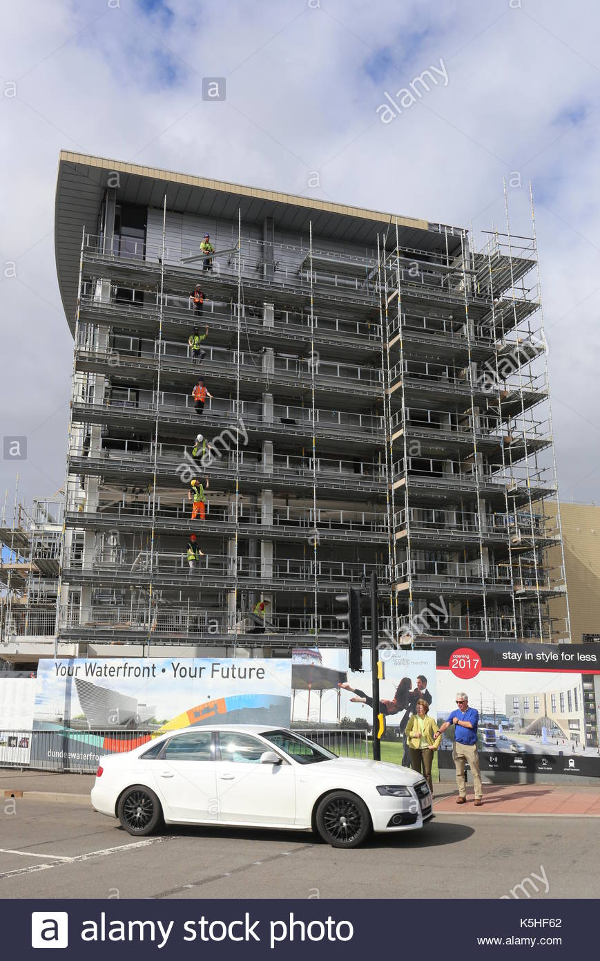 Workers dismantling scaffolding at Sleeperz Hotel Dundee Railway station construction site Dundee Scotland September 2017 - Stock Image