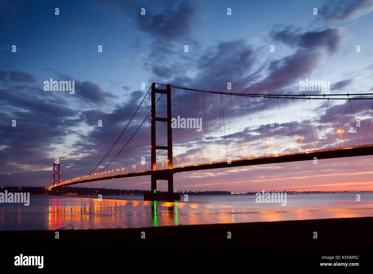North Lincolnshire, UK. 10th September, 2017. UK Weather: The Humber Bridge before sunrise. Barton-upon-Humber, North Lincolnshire, UK. 10th September 2017. Credit: LEE BEEL/Alamy Live News - Stock Image