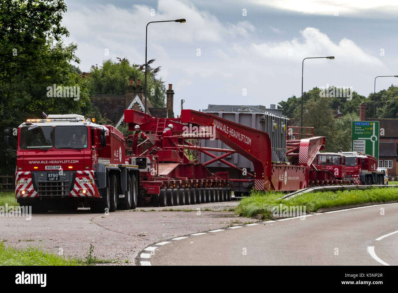 Stone, Staffordshire, UK. 10th September 2017. 10th September, 2017. An enormous abnormal load is moved by hauliers ALE from Stafford to the county border on the A34. It is passing along the A34/A51 junction and consists of a large transformer made by Alstom. Stone, Staffordshire, UK. 10th September 2017. Credit: Richard Holmes/Alamy Live News - Stock Image