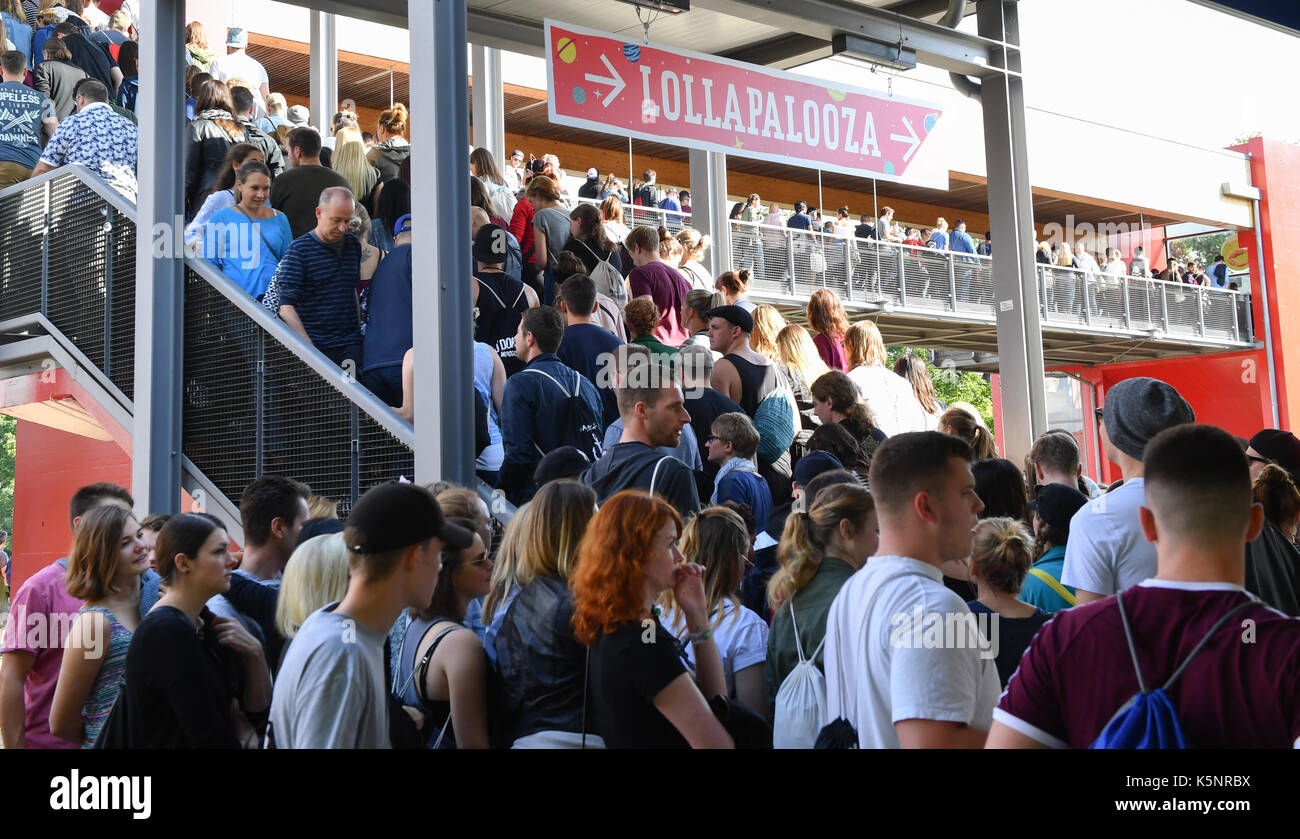 Hoppegarten, Germany. 10th Sep, 2017. Festival visitors head for the Lollapalooza music festival at the Hoppegarten horse race track and create a crowd at the S-Bahn train station in Hoppegarten, Germany, 10 September 2017. The festival takes place on 9 and 10 September 2017. Photo: Jens Kalaene/dpa-Zentralbild/dpa/Alamy Live News - Stock Image