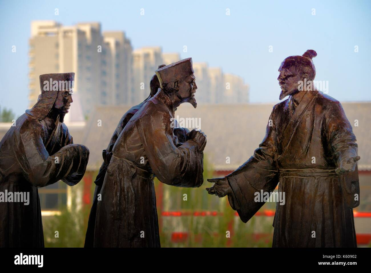 Dongzi Culture Park, Dezhou, China. Statue of Confucian philosopher Dong Zhongshu talking with envoys on the Reading Platform - Stock Image
