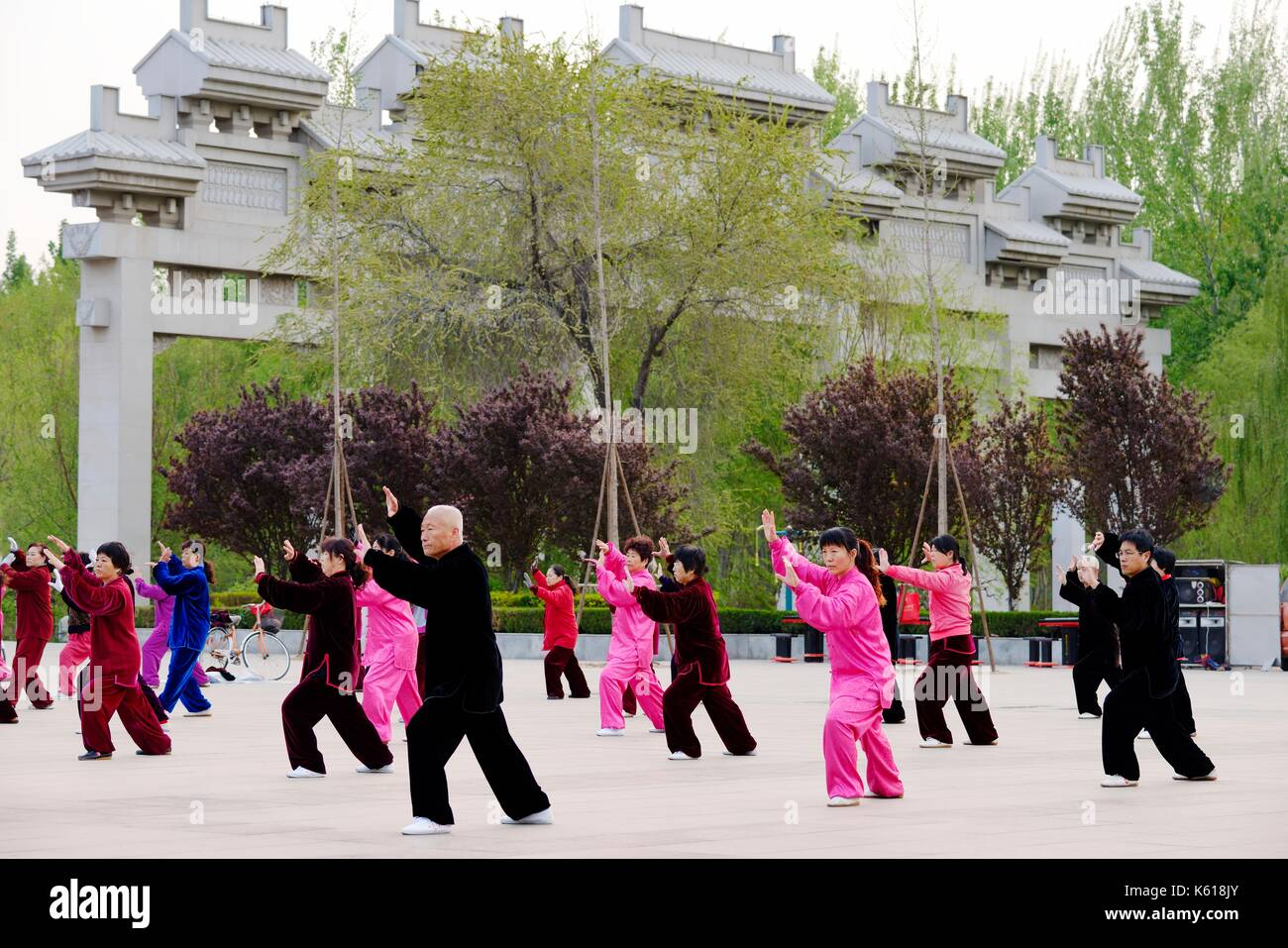 Dongzi Culture Park, Dezhou, Shandong, China. Local people take part in early morning T'ai chi Ch'uan health excersises - Stock Image