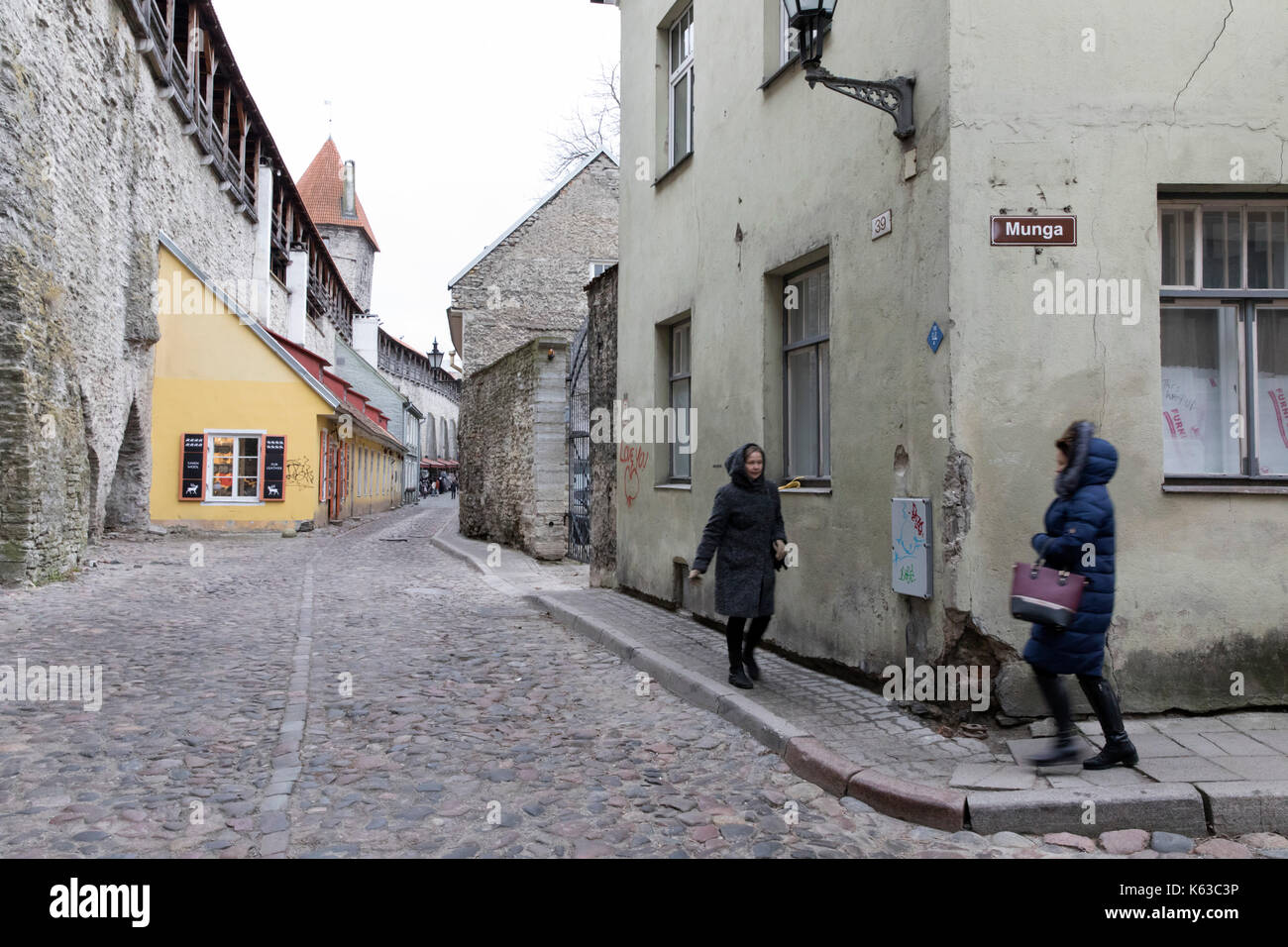 Cobbled street and city walls in the Old Town, Tallinn, Estonia, Europe - Stock Image