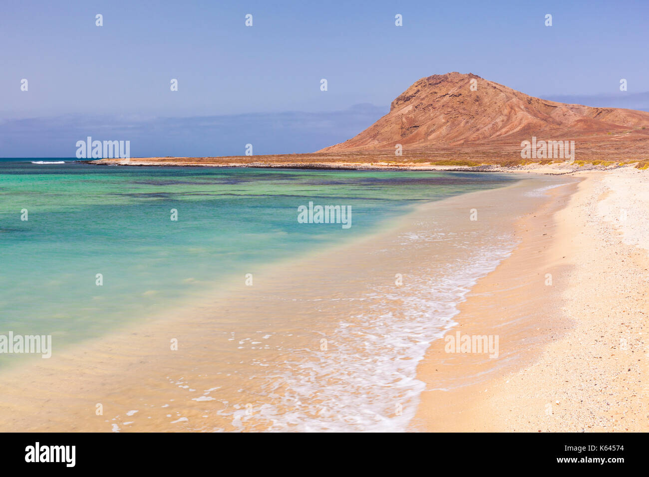 CAPE VERDE SAL Empty sandy beach and bay near Monte Leao mountain (Sleeping Lion mountain), Sal Island, Cape Verde, Atlantic, Africa - Stock Image