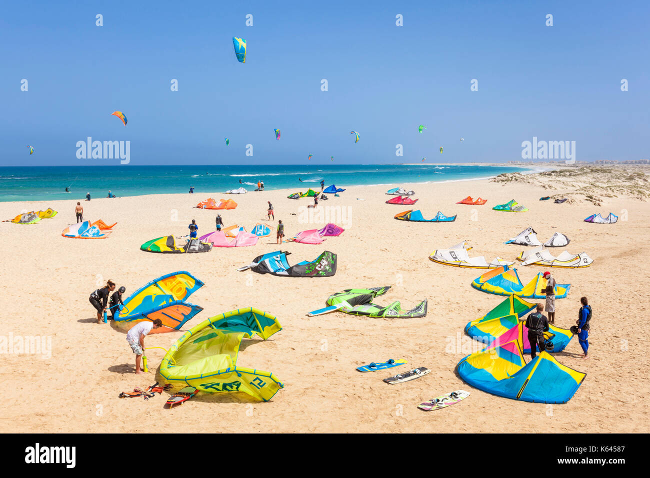 CAPE VERDE SAL Kite surfers and Kite surfing on Kite beach, Praia da Fragata, Costa da Fragata, Santa Maria, Sal, Cape Verde, Africa - Stock Image